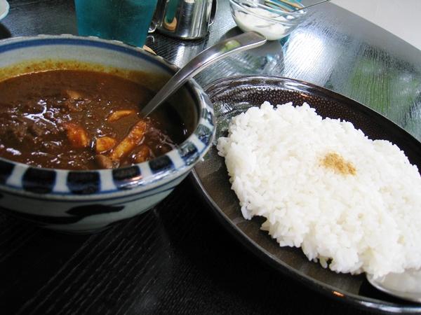 カレーの入った器とスプーン、右にご飯