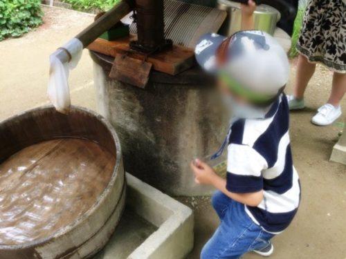 モリコロパークサツキとメイの家の井戸をこいでいる子供