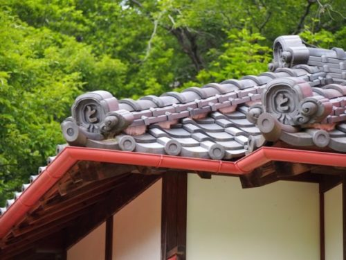 モリコロパークサツキとメイの家のとと書かれた瓦屋根