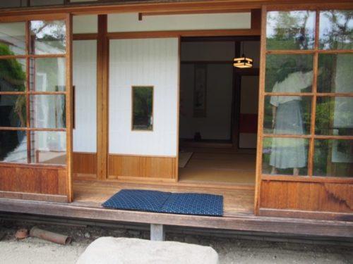 モリコロパークサツキとメイの家の縁側に座布団が二枚置いてある