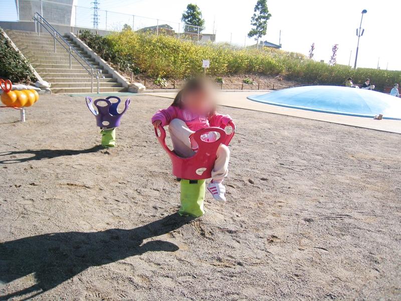 王冠型の遊具に乗っている子供