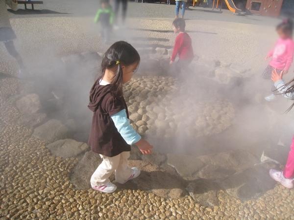 煙の中にいる子供たち