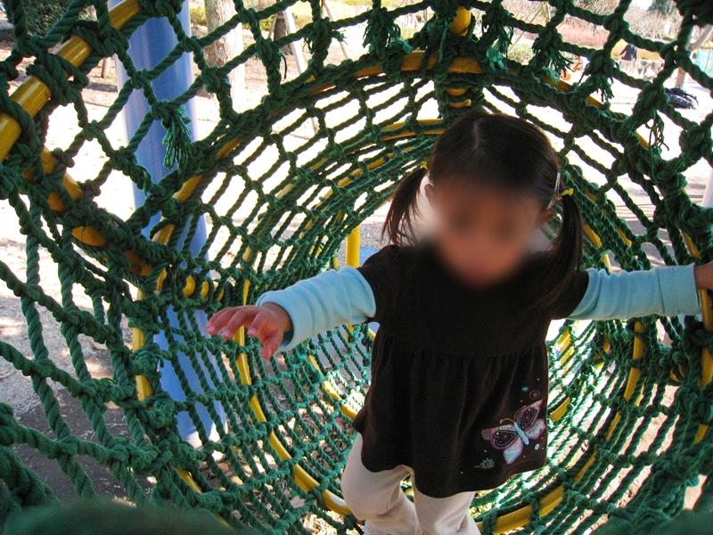 ロープにつかまりながら立っている子供
