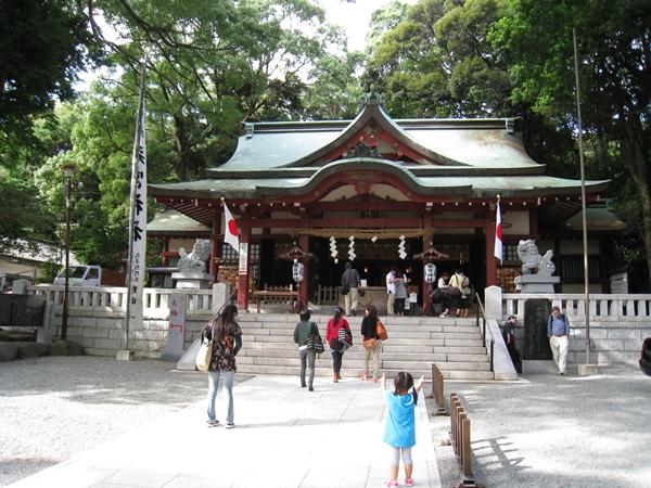 来宮神社の境内に向かう人々