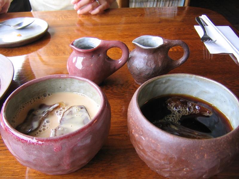 手前に二つ器が並びカフェオレとアイスコーヒーが入っている
