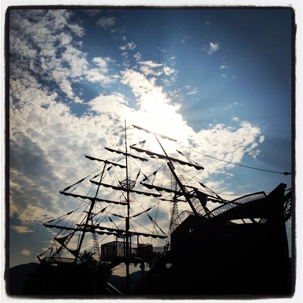 青空と影になった難破船
