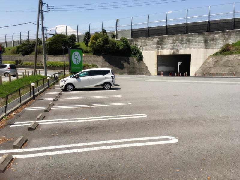 駐車場に白い車が停まっている
