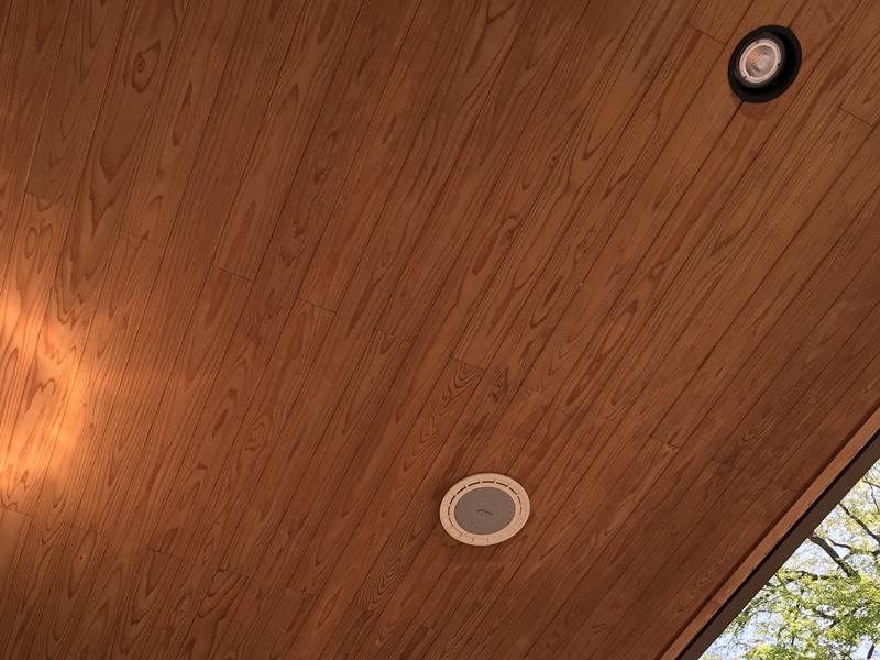 木の天井にスピーカーがある