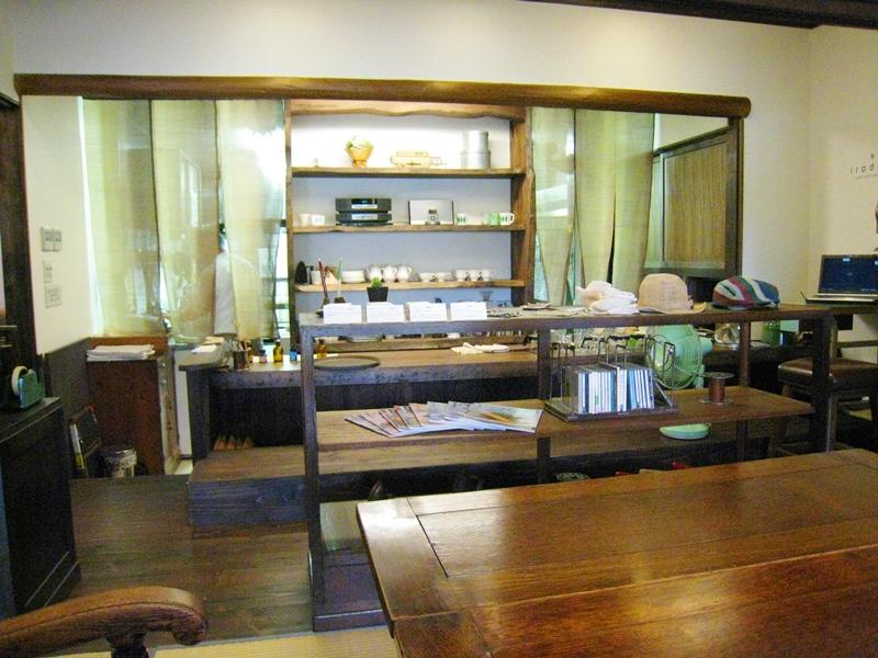 アンティークの家具や器や本が置かれている