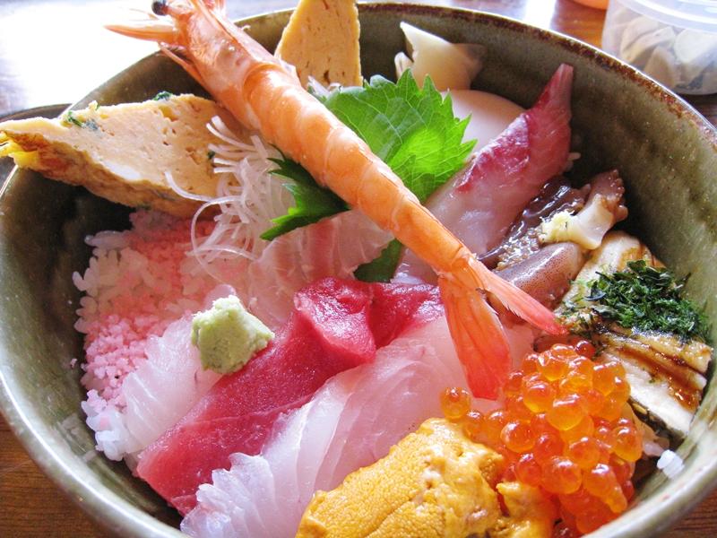 海老や刺身が乗った海鮮丼