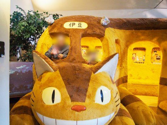 割引利用の伊豆テディベアミュージアムでネコバスとそれに乗る人