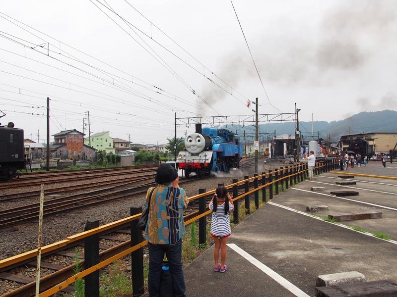 トーマスの顔をした列車が線路にいて煙をあげている