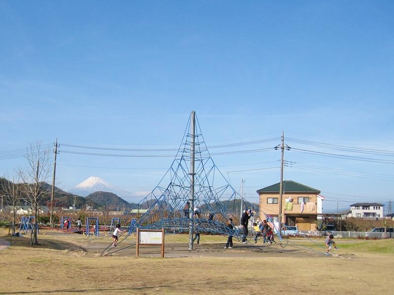 ロープの遊具の奥に富士山がみえる