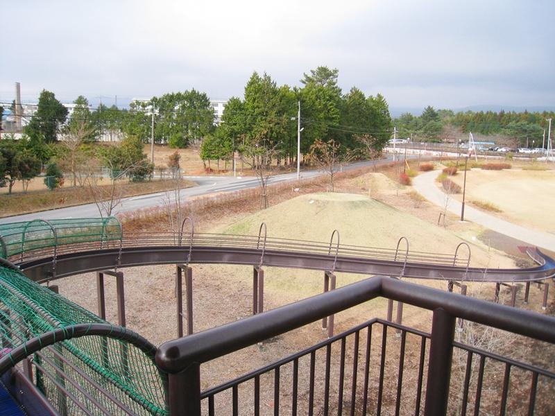公園の滑り台と芝生