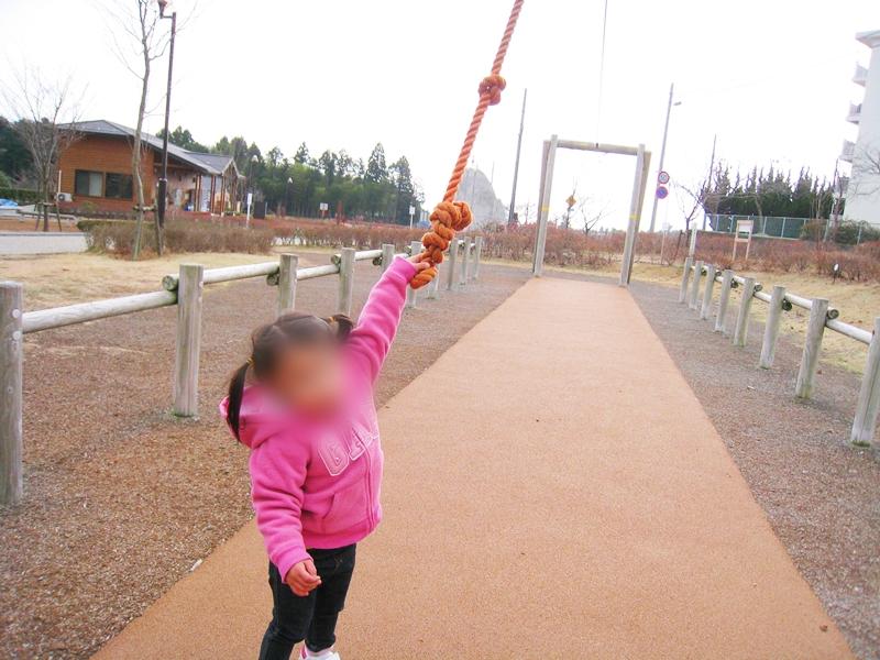 桜公園にあるターザンロープをこどもがもっている
