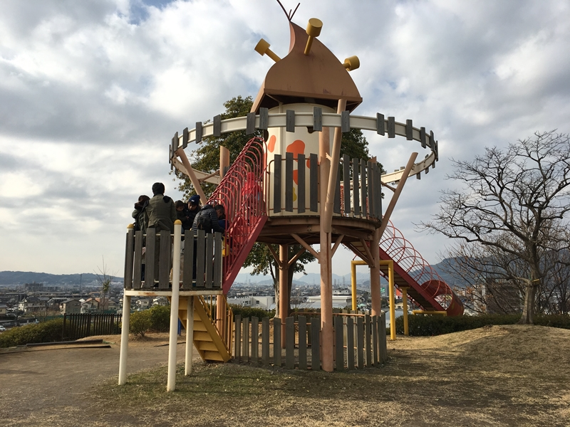 秋葉山公園すべり台と人々