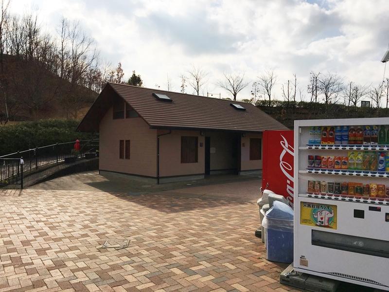 秋葉山公園のトイレと自動販売機