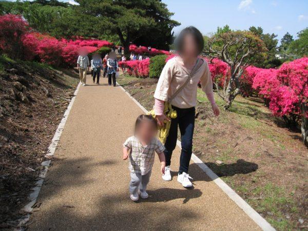 小室山公園の歩道を歩く女性と子供