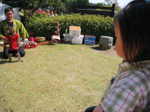 小室山公園で猿回しとそれを見る子供