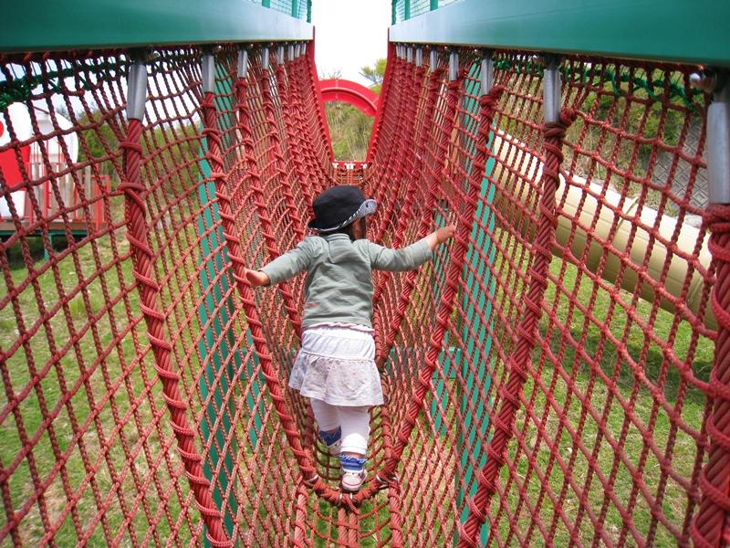 モーモーキッズランドのロープの遊具を歩く帽子を被った子供