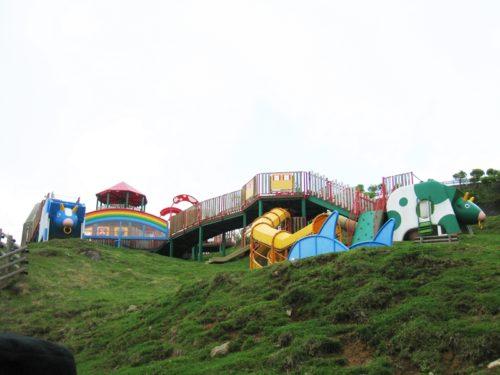 高台にあるモーモーキッズランドの遊具