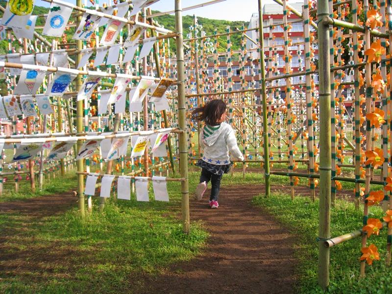 風車の通路を走る女の子