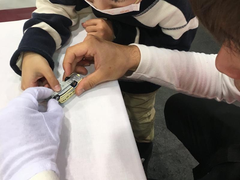 トミカを作る大人と子供