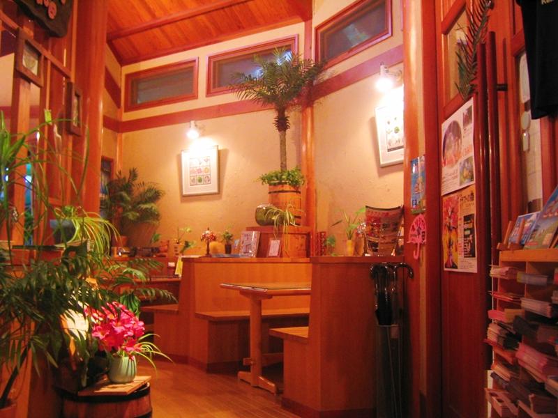 木のテーブルや棚、ベンチなど