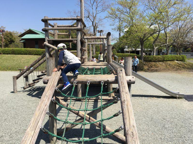 ロープの遊具と登る子供