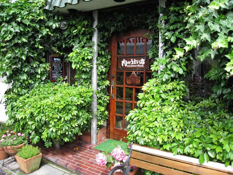 緑の生い茂った入り口