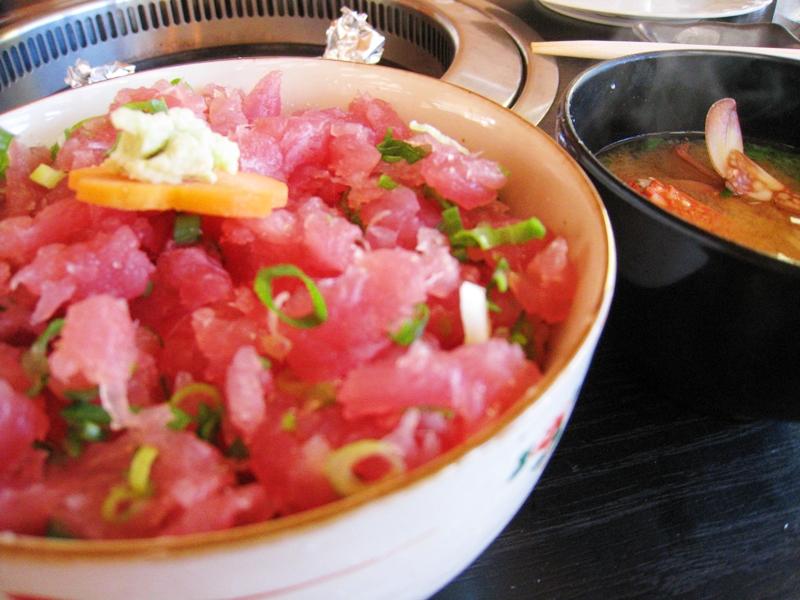 ねぎとろ丼と味噌汁