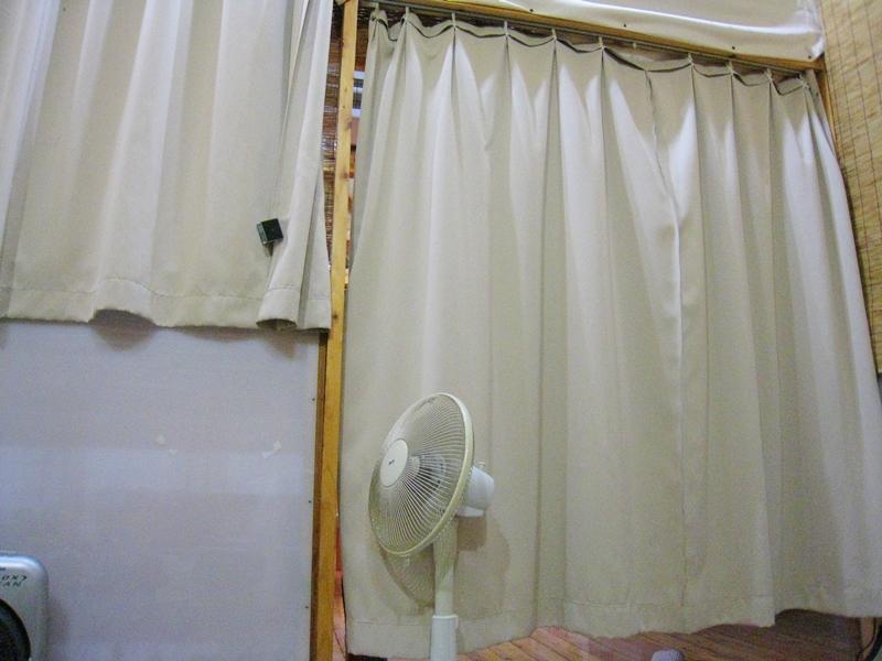 カーテンでしきられている扇風機が1台