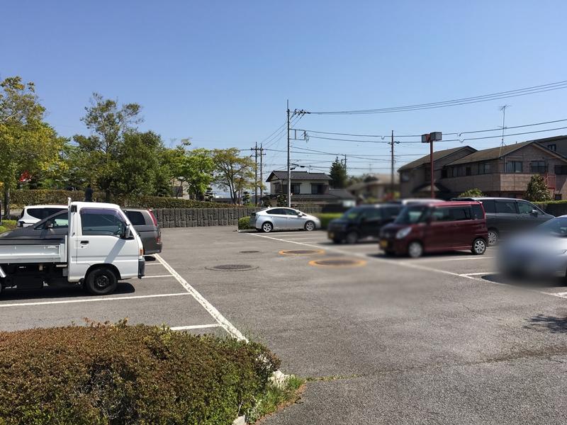 駐車場に車が数台停められている