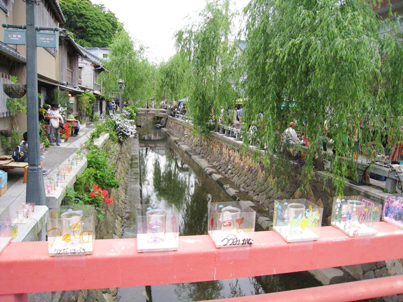 橋の上にキャンドルと川と柳の木