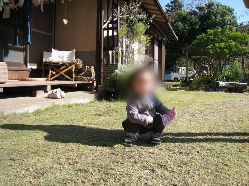 芝生に座っている子供
