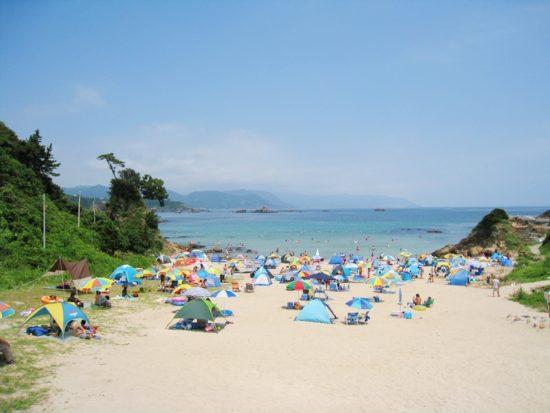 シュノーケリングできる九十浜のビーチにいる人々