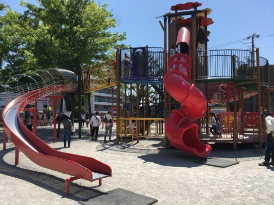 森下公園の遊具赤い滑り台が二つある