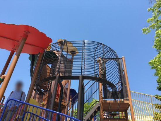 青空と森下公園の遊具で遊ぶ子供