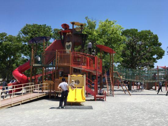 青空と緑色の木、森下公園の遊具がある