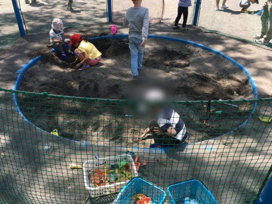 森下公園の砂場で遊ぶ子供たち