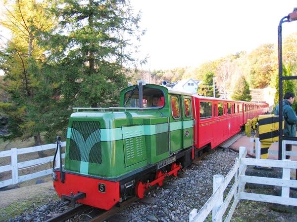 虹の郷の緑と赤の鉄道