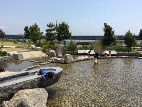 焼津ふぃしゅーなの岩のプールで子供たちが遊んでいる