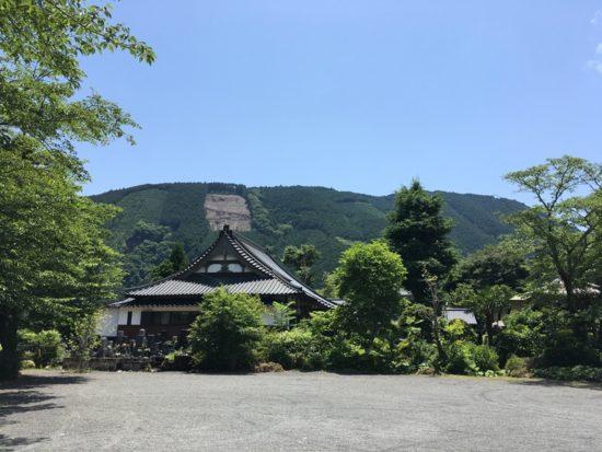 山あじさいの咲く長光寺の前の砂利と奥に青空と山