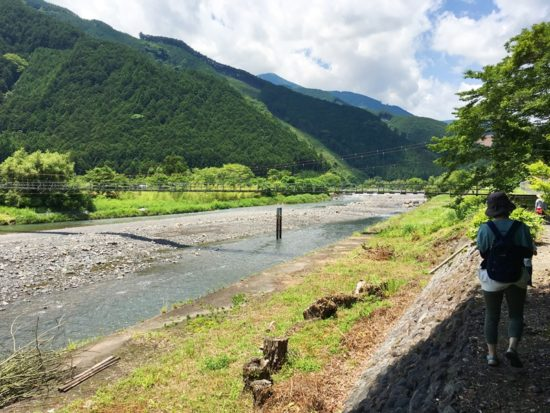 長光寺周辺の山と川と歩く人