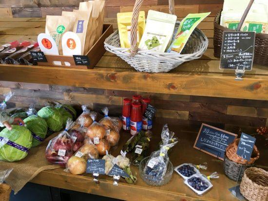 GRIS(グリ)店内の棚に並んでいる野菜と袋