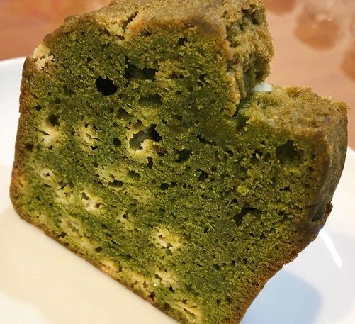白い皿に乗った緑のGRIS(グリ)のパウンドケーキ