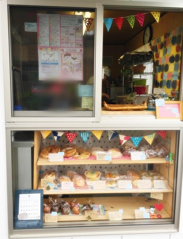 窓の下に棚がありパンが並んでいる