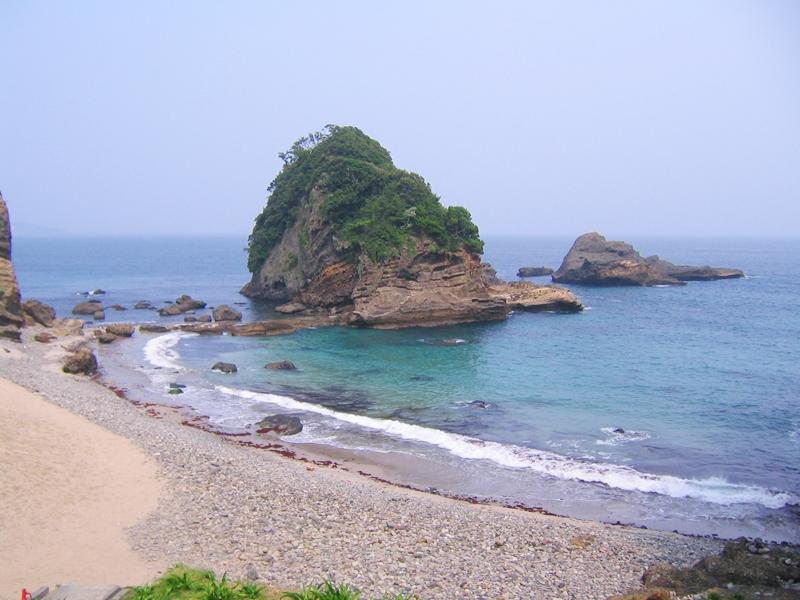 浜辺と大きな岩が海にそびえたっている