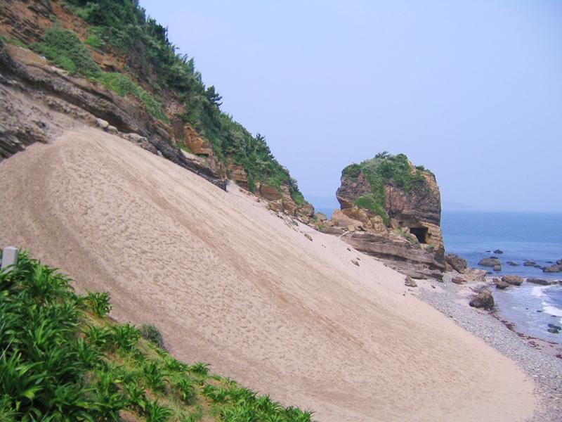 砂が坂になっている