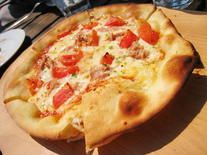 トマトやチーズが乗ったピザ